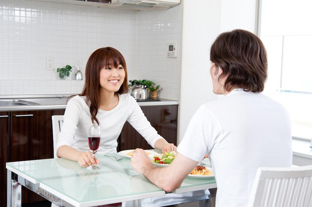恋人と肉料理